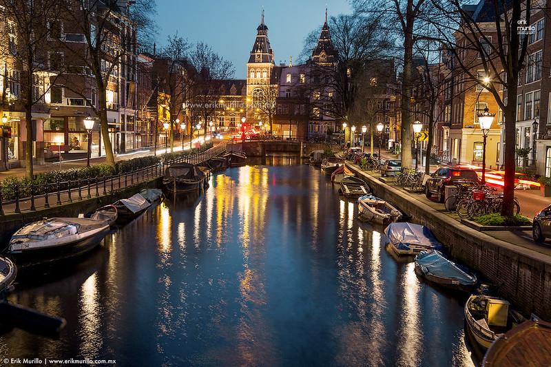 Canales con el Rijksmuseum al fondo