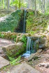 Wasserfall am Hilschweiher im Edenkobener Tal