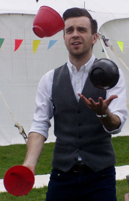 P1010004 Juggling in the queue, cropped