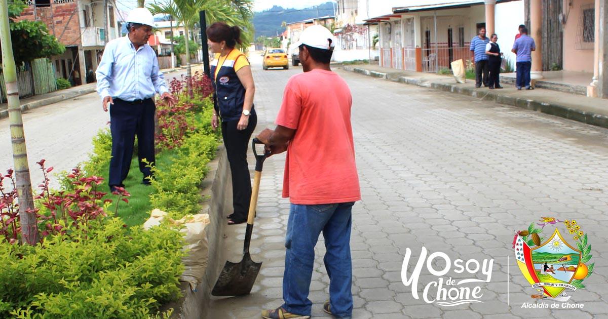 Alcaldía de Chone trabaja en embellecimiento de la calle Emilio Hidalgo
