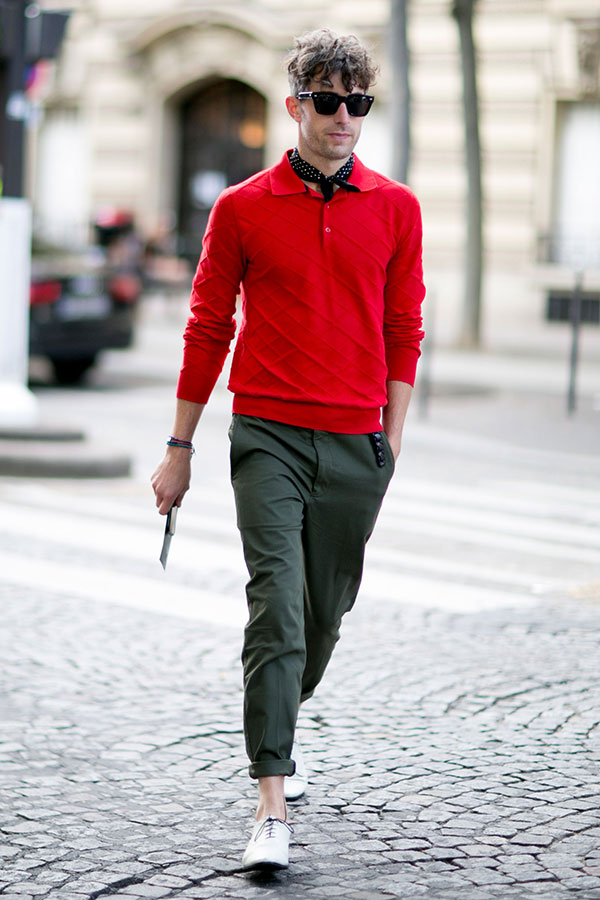 赤ニットシャツ×カーキチノパン×白オックスフォードシューズ