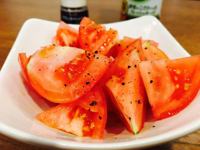 オリーブオイルとコショウをかけたトマト