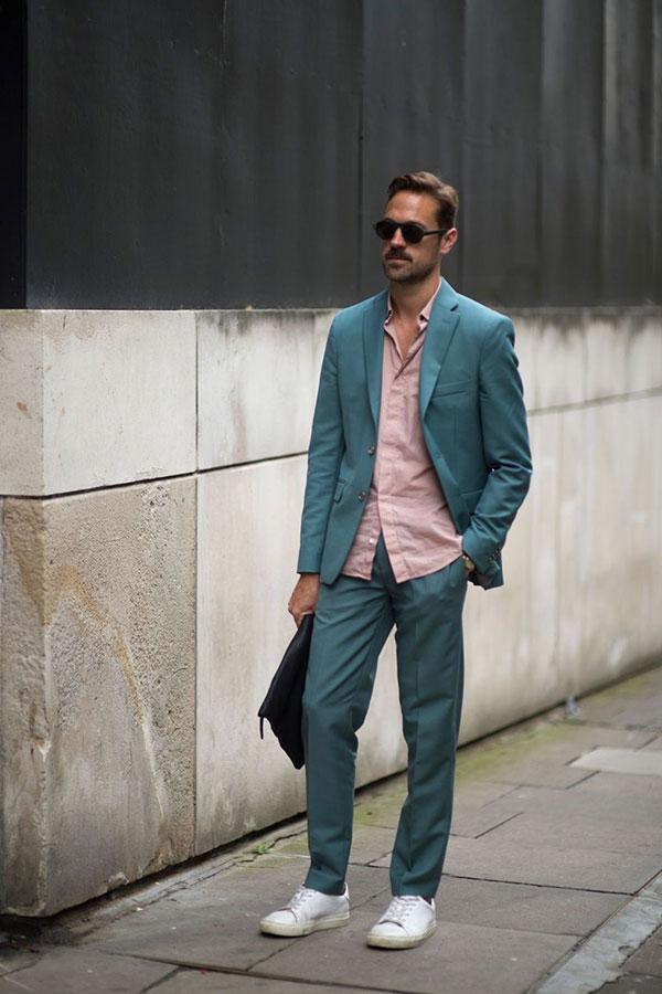 ブルーグリーンスーツ×ピンクシャツ×白ローカットスニーカー