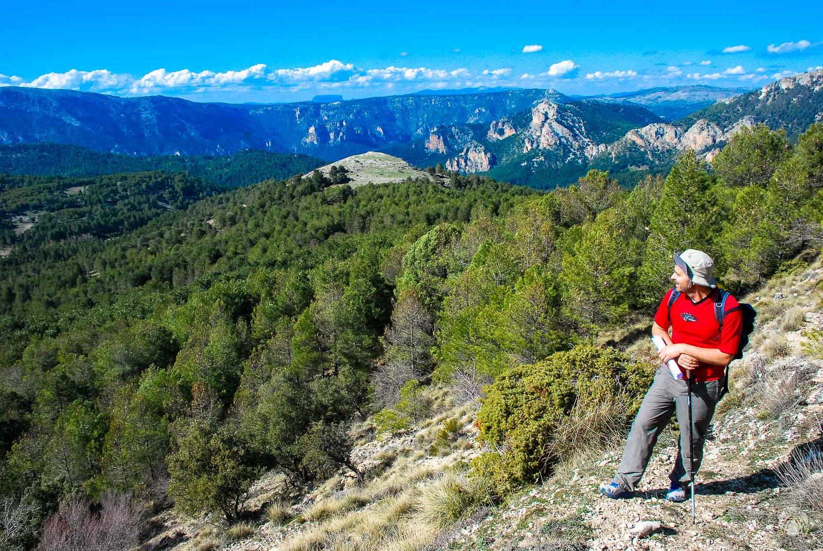 Ganando altura por Prado Morcillo y con vistas hacia el norte donde destacan las grandes sierras de Albacete.