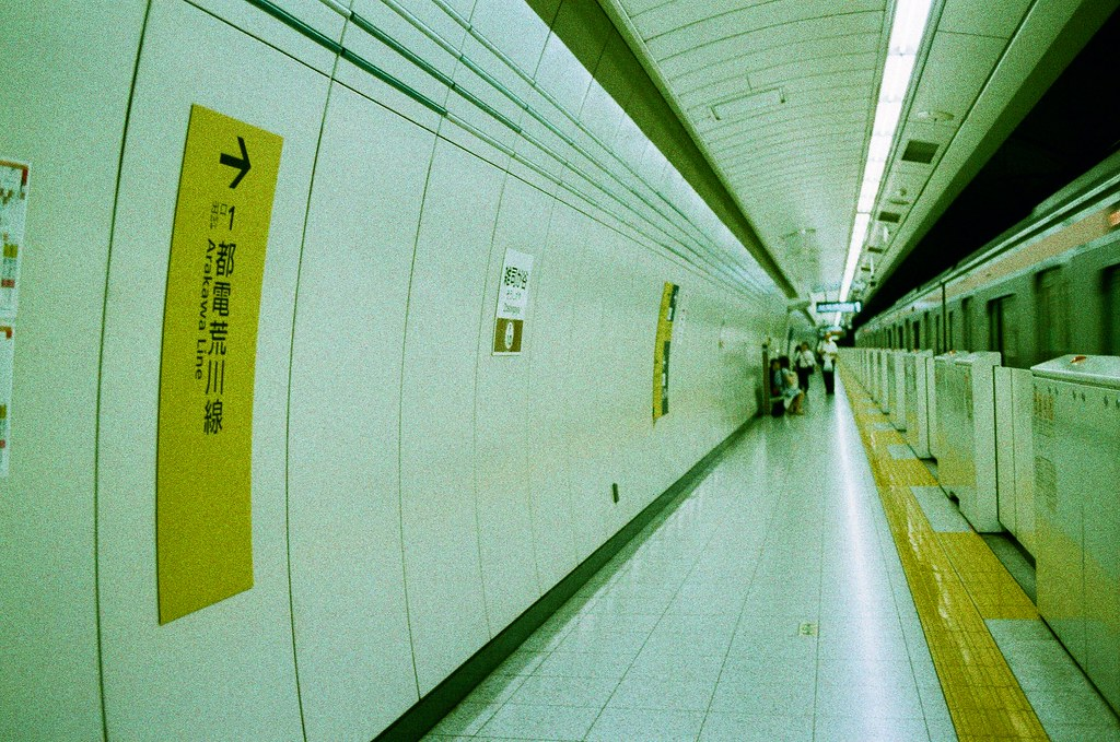 雑司が谷 荒川 Tokyo, Japan / Lomography Slide, XPro / Nikon FM2 雑司が谷這一站有很明顯的隧道感,應該是用潛遁機挖的吧!  Nikon FM2 Nikon AI AF Nikkor 35mm F/2D Lomography Slide / XPro 200 ISO 35mm 4942-0006 2016/05/22 Photo by Toomore