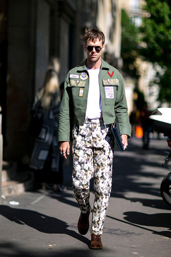 カーキショート丈ワークジャケット×白無地Tシャツ×花柄シャツ×ブラウンブーツ