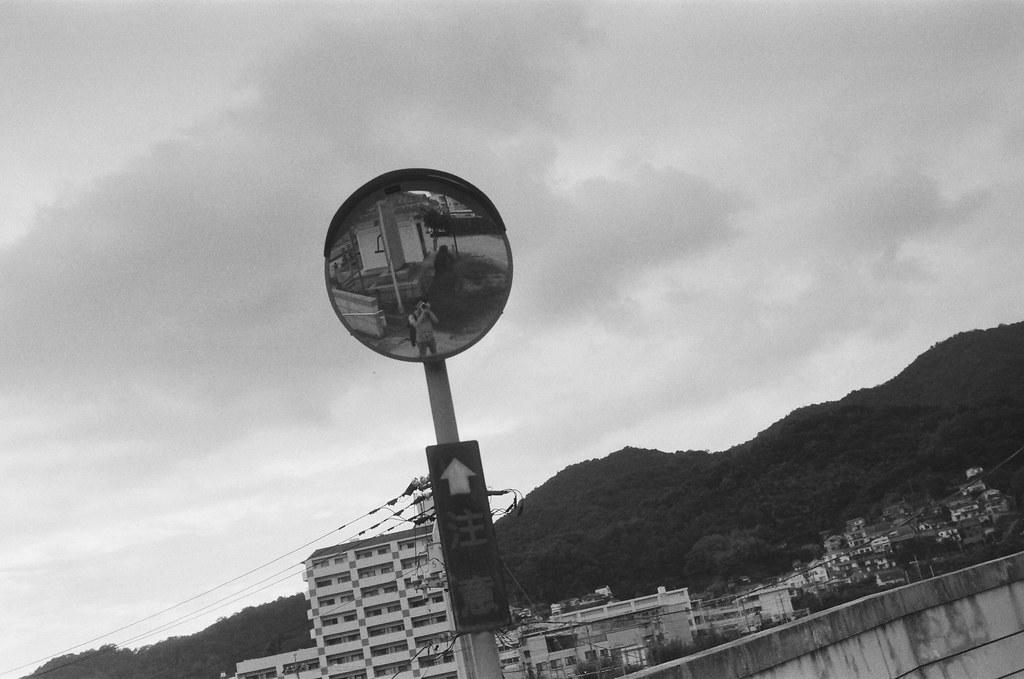 吳 Hiroshima, Japan / Ultrafine Extreme / Nikon FM2 注意!恩,我開始想要快轉這段時間了,我知道我又開始待不住了!我知道我很想大哭然後逃離,但就是這樣子了。  知道的愈多越難忘記,所以開始停滯,不要再接收任何的訊息了,暫時先把你藏起來好嗎?  到了日本,你熟悉的地方,再放你自由好嗎?  Nikon FM2 Nikon AI AF Nikkor 35mm F/2D Ultrafine Extreme 400 6679-0011 2016-09-26 Photo by Toomore