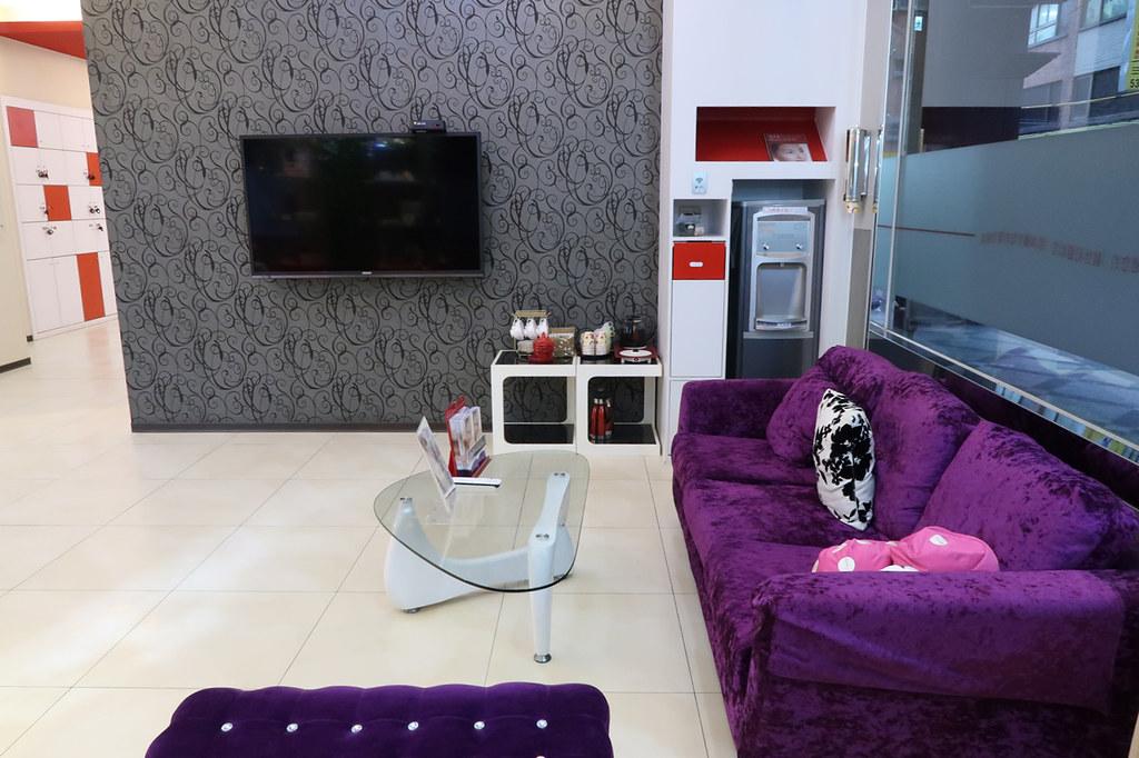 靚世紀新竹醫美診所舒適沙發還可以看電視