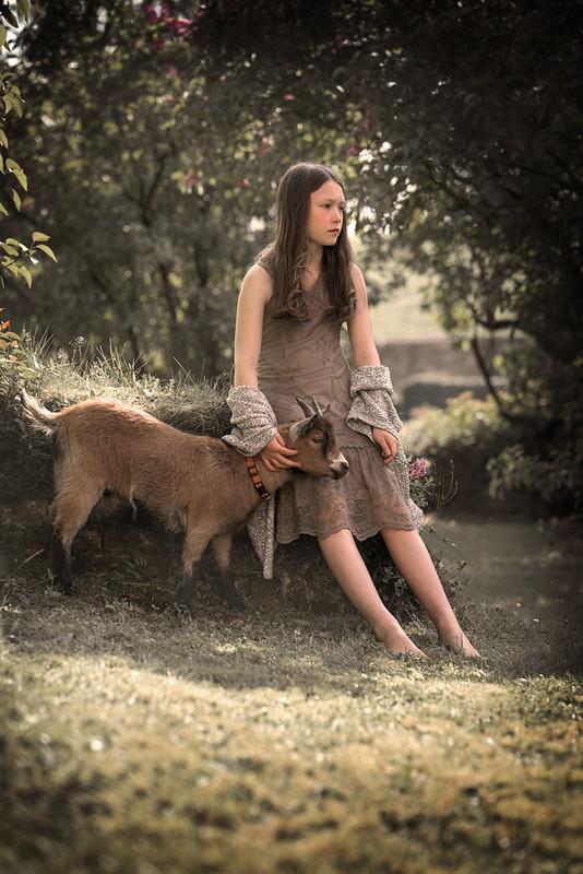 Mädchen mit Ziege im Grünen DSC03207