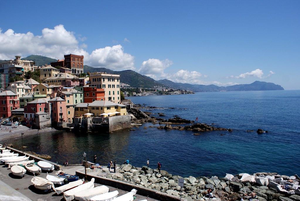 Vue sur un bout de la plage de Boccadasse et vue en direction de Portofino et des Cinque Terre.