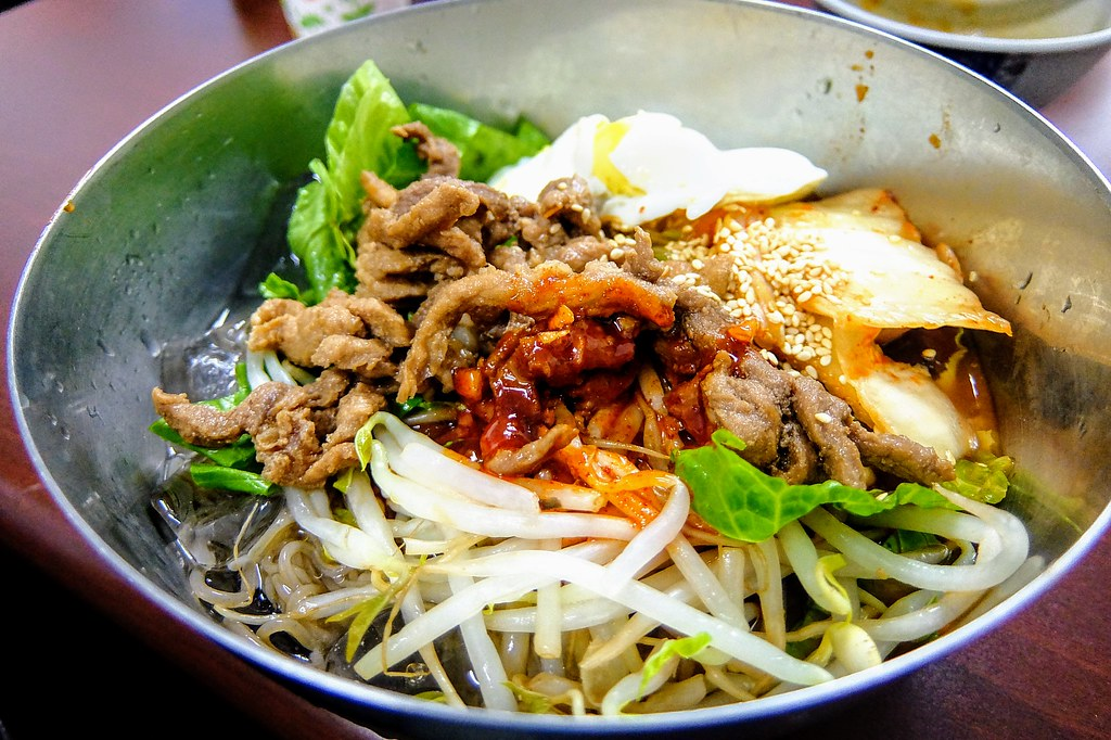 韓國冷麵,上頭料與石鍋拌飯相同,底下則是麵條和冰塊