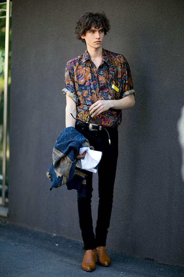 柄シャツ×黒パンツ×キャメルブーツ