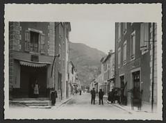 Rue du Reclus avec le café des deux mondes à Châtillon-en-Diois