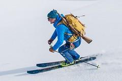 Skitouren Norwegen mit Schiff/Boot Spitzbergen. Der Bergführer hat zur Sicherheit vor Eisbären ein Gewehr dabei. Foto: Birgit Gelder.