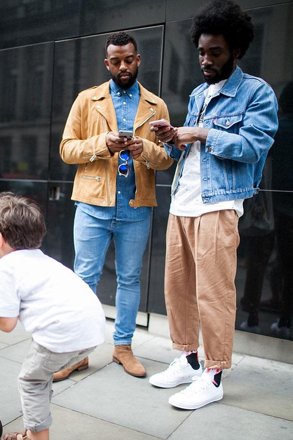 キャメルダブルライダース×デニムシャツ×ジーンズ×ペコスブーツ&Gジャン×白Tシャツ×テーパードチノパン×白スニーカー