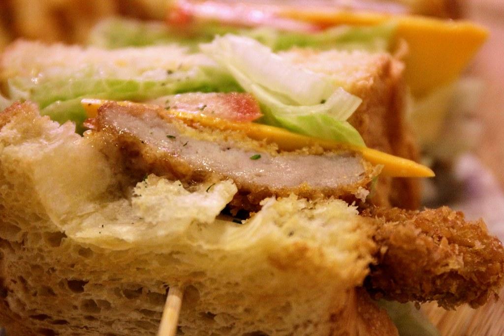三明治內夾著豬排(有抹上胡麻醬),還有生菜/番茄/起司等