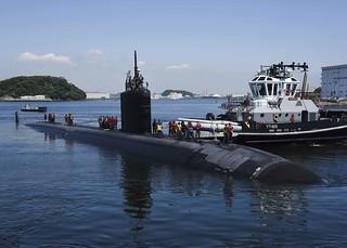 USS Santa Fe prepares to moor at Fleet Activities Yokosuka.