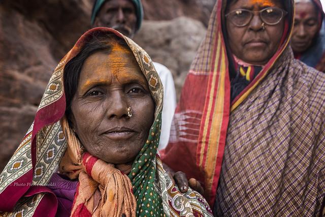 BADAMI : PORTRAIT INDIEN AU TEMPLE DES GROTTES SCULPTÉES.