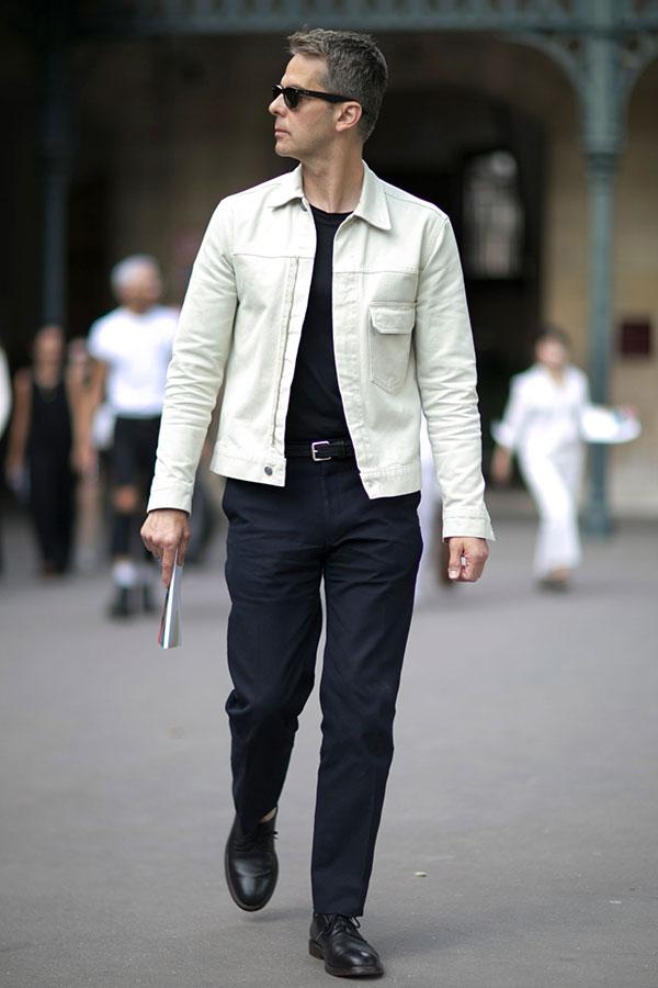 白Gジャン×黒無地Tシャツ×黒パンツ×黒ダービーシューズ