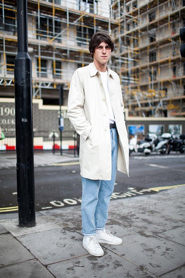 オフホワイトコート×白Tシャツ×ジーンズ×adidasスーパースター