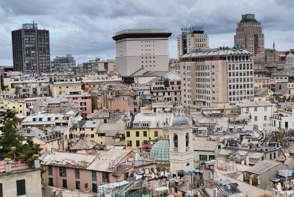 Vieille Ville de Gênes au premier plan et ville moderne avec le quartier de San Vincenzo à arrière plan.