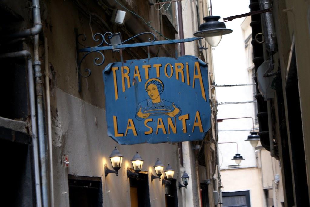 Où manger à Gênes ? Enseigne de la Trattoria La Santa dans la Vieille Ville.