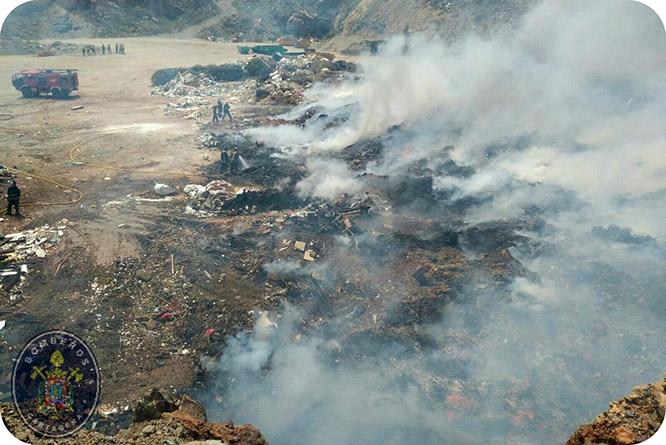 Bomberos han empleado seis horas y media en extinguir el incendio del vertedero de la Fuente del Sapo
