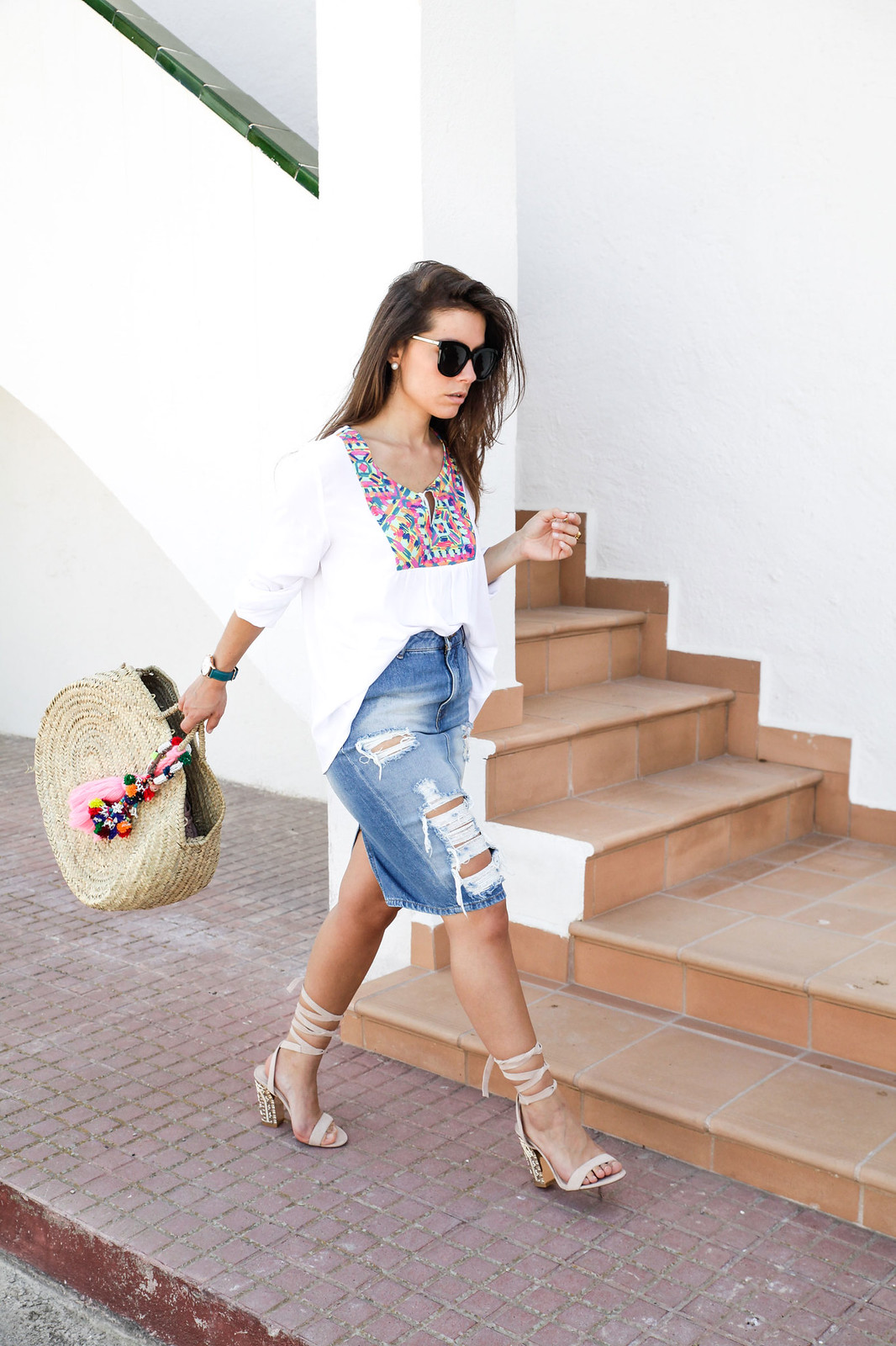02_ripped_denim_skirt_white_shirt_ruga_style_theguestgirl_barcelona