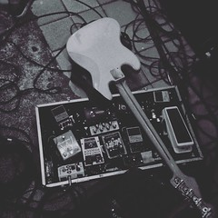 Play it loud!   #bass #sound #effects #pedalboard #rock #stoner #mondobizarro #alternative #music #abrilprorock #aprclub #apolo17 #recifeantigo #recife #pernambuco #brazil #photooftheday #bw #noir #vsco #vscocam #vscocambrasil