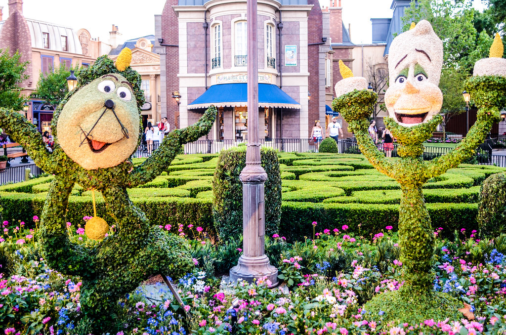 Lumiere Cogsworth topiary
