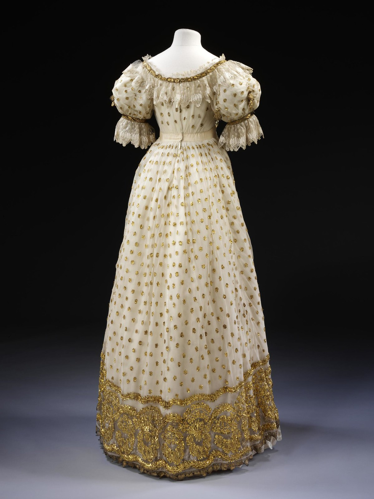 1820 Ball gown. British. Silk satin and silk embroidered with metal. © Victoria and Albert Museum, London