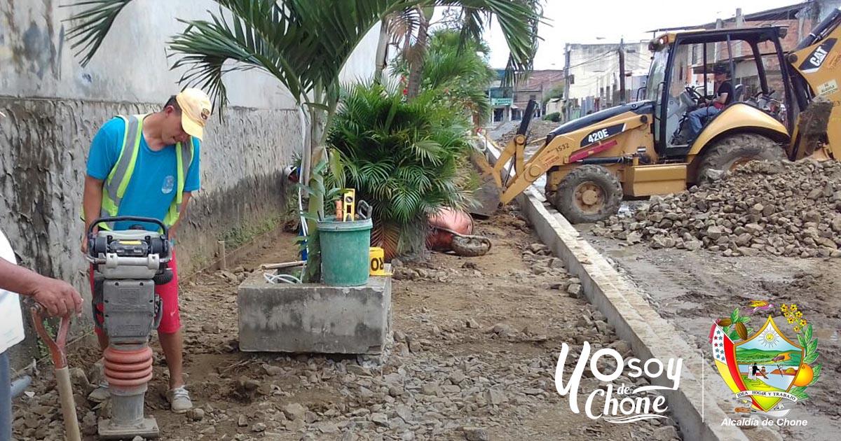 Iniciaron la construcción de las aceras en la calle 24 de Mayo