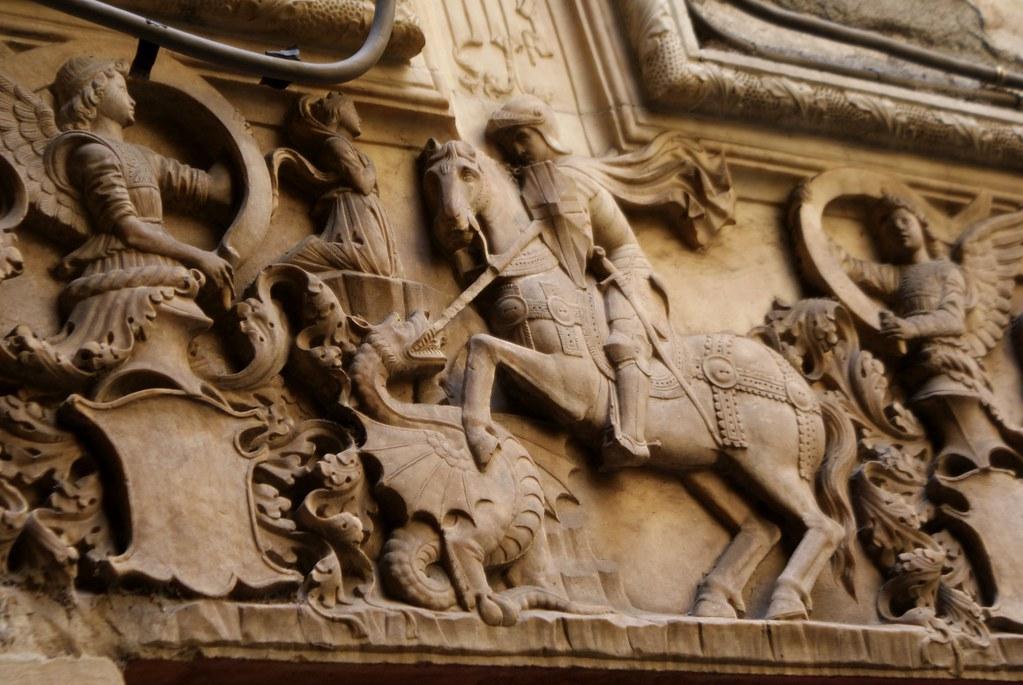 Saint Georges luttant contre le dragon sur un mur du quartier du Molo à Gênes.