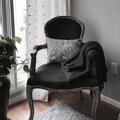 Cozy corner👠 #chairlove , #cozycorners , #interiordesign , #lifeofadesigner , #thatchair , @dorodcdesigner