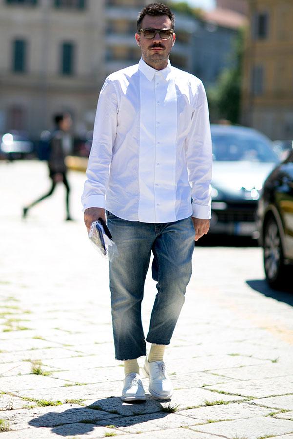 白デザインシャツ×カットオフデニムパンツ×白ダービーシューズ