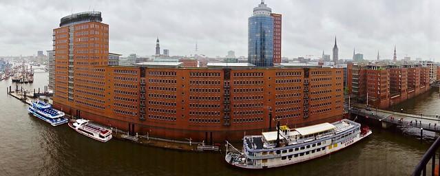 Hamburg / Blick von der Elbphilharmonie auf Häuserzeile am Sandtorhafen