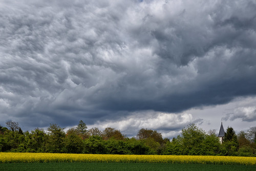Tandis que le ciel se couvrait de nuages épais
