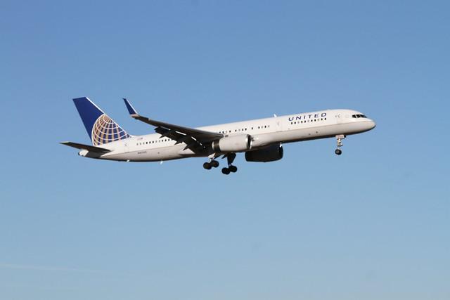 United Airlines Boeing 757, Canon EOS 7D, Sigma 70-200mm f/2.8 EX DG APO OS HSM