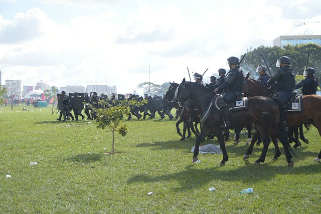 Cavalaria também foi usada contra os manifestantes nesta quarta-feira (24) - Créditos: Mídia Ninja