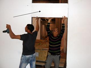 Colpito alla testa da un panello di legno durante l'allestimento dello stand