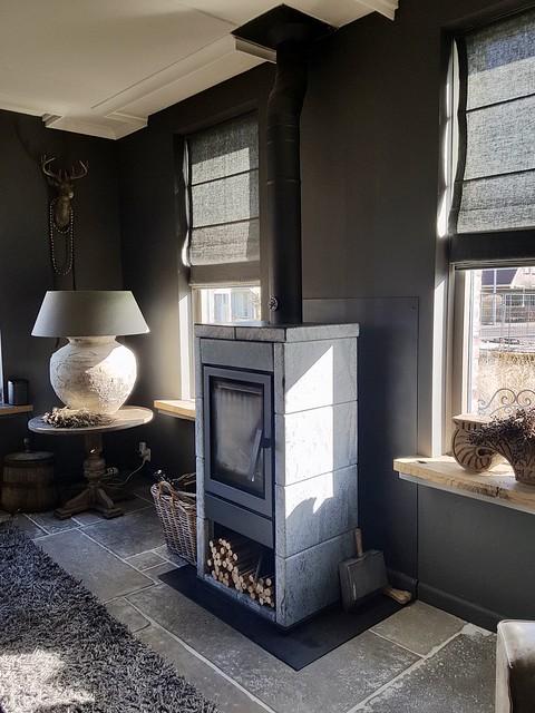 Zwarte haard woonkamer