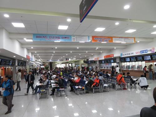 釜山慶南競馬場の1階中央コンコース