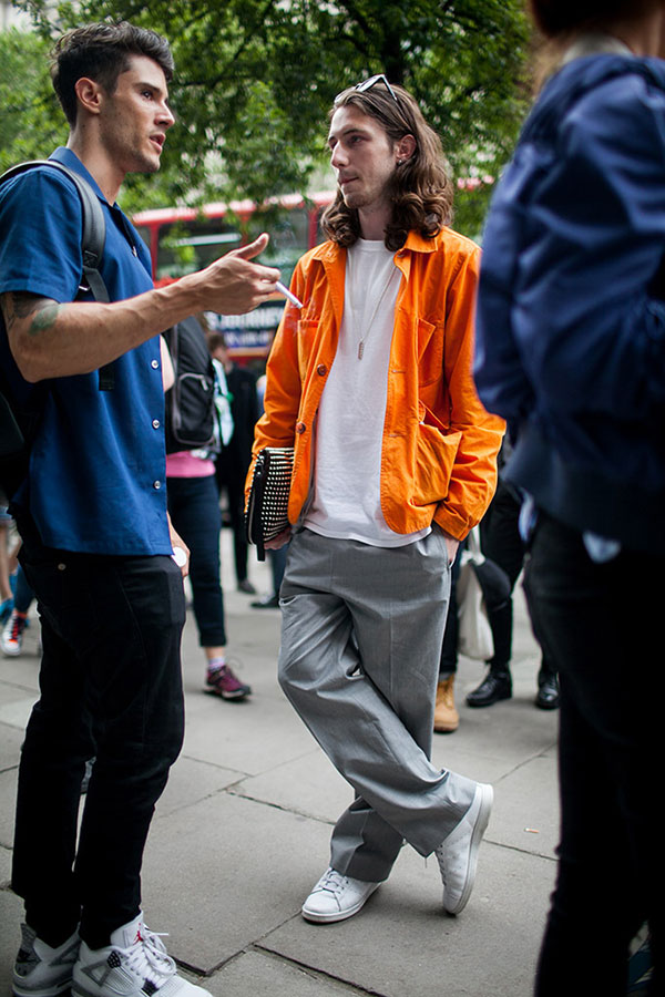 オレンジブルゾン×白無地Tシャツ×ライトグレーワイドスラックス×スタンスミス