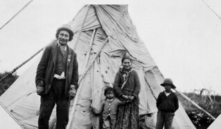 James Stoney and his family, members of the Fort Severn First Nation, Ontario / James Stoney et sa famille, Première Nation de Fort Severn (Ontario)