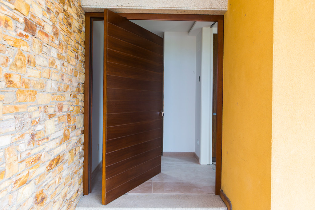 Puerta pivotante abierta