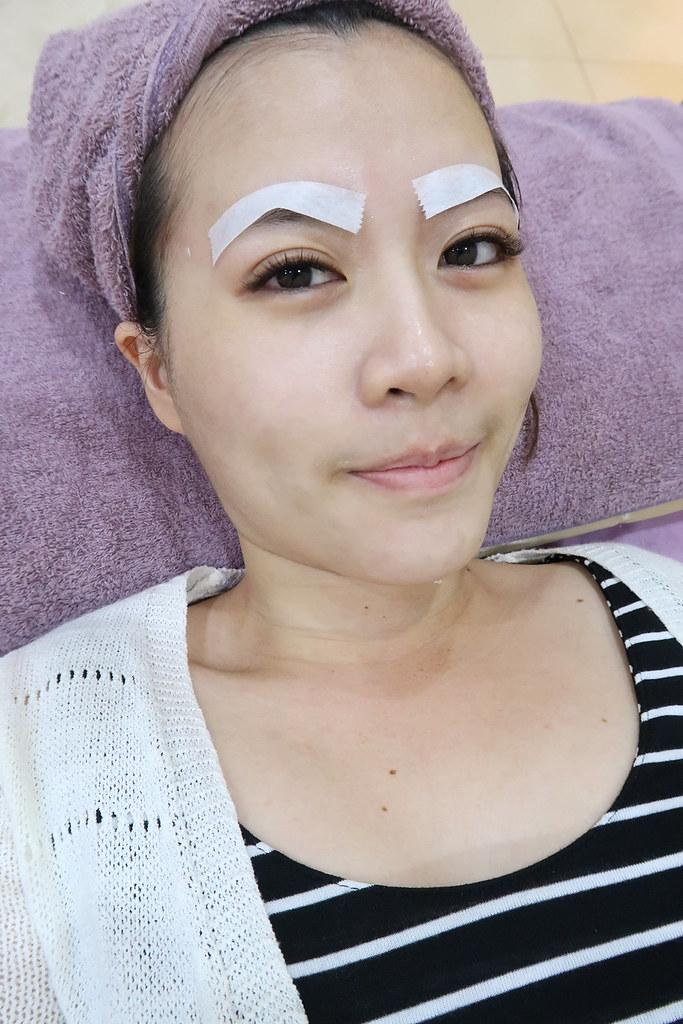 眉毛貼上紙膠帶準備打淨膚雷射嘍,雷射碰到眉毛會變白所以要貼起來