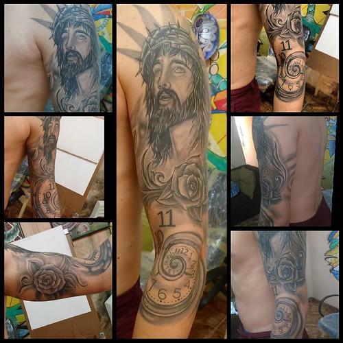 Já na versão cicatrizada, mais duas a gente finalizada o braço... #fullsleavetattoo #originalarte #blackandgray #fechamentodebraço #Cristo #relogiosurreal #Rosas #roses