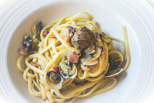 Spaghetti alle vongole con pancetta, linguine with clams and bacon, italian recipes