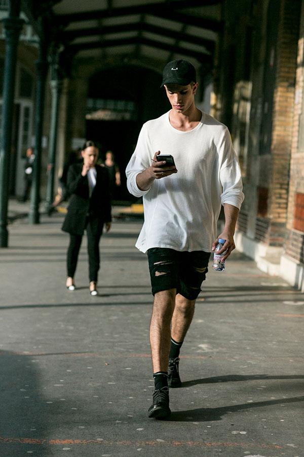 黒キャップ×白ロングスリーブTシャツ×黒ダメージショートパンツ×黒レザーシューズ