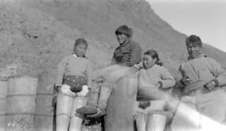 Newcapinqua and family, Craig Harbour, Ellesmere Island, Nunavut / Newcapinqua et sa famille, à Craig Harbour, sur l'île d'Ellesmere (Nunavut)